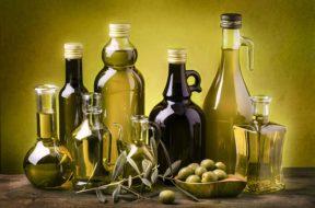 olio-bottiglie-anonime-olive-foglie-sfondo-verde1