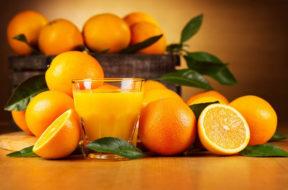 arance in cesta con spremuta sul tavolo
