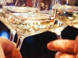 vino-brindisi-calici-bianco-1